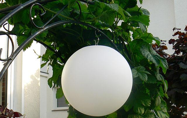 LED Kugelleuchte hängend für Haus und Garten